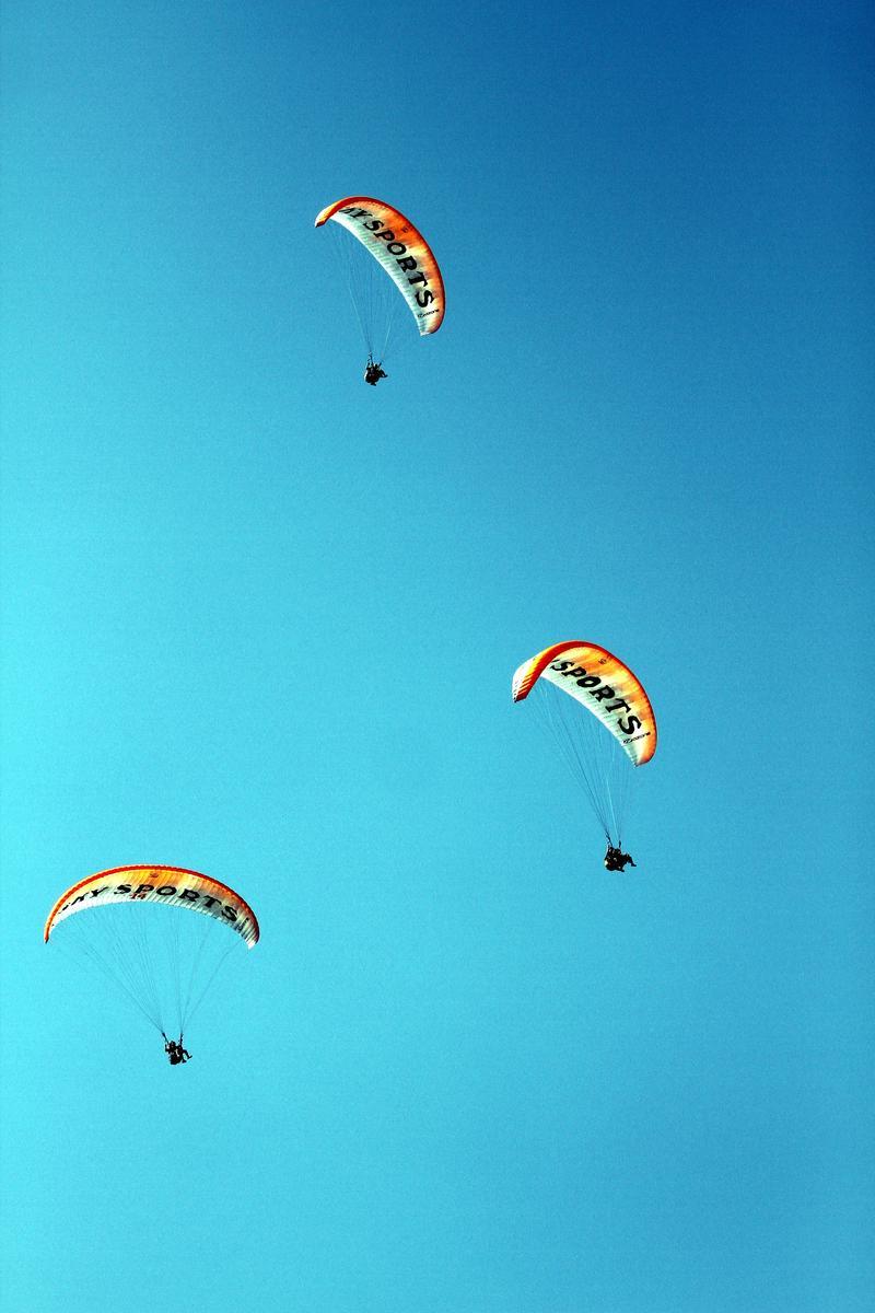 بالصور: ازدياد اهتمام السياح برياضة القفز المظلي في مدينة ...