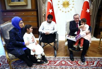 أردوغان مع أحد ضحايا الحرب السورية